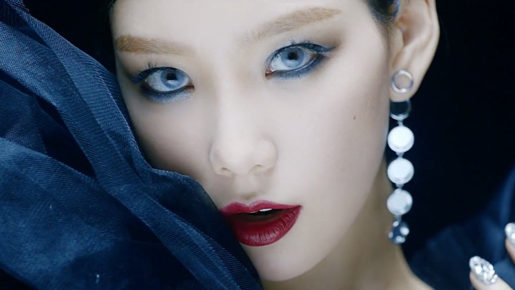 Hình ảnh Taeyeon với mắt khói và son đỏ thực sự làm fan bất ngờ.