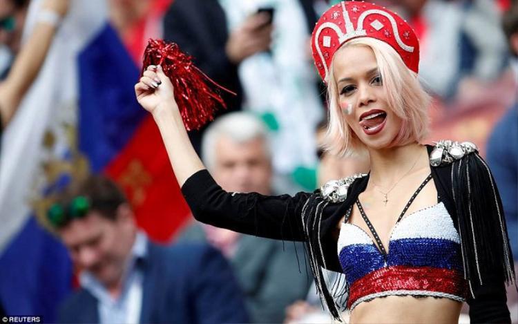 Các cô gái Nga luôn biết cách hâm nóng bầu không khí trên khán đài.