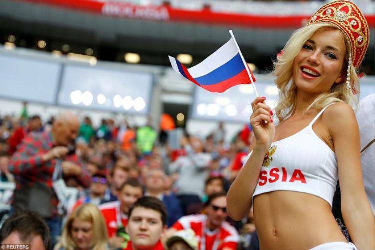 Nữ cổ động viên Nga không ngần ngại khoe những đường cong gợi cảm trước ống kính.