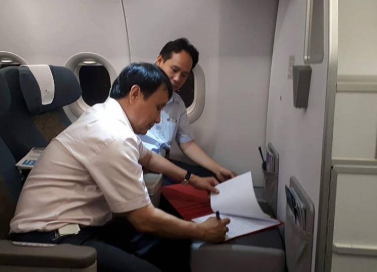 Giáo sư Nguyễn Như Hiệp - Giám đốc Bệnh viện Trung ương Huế và PGĐ Trung tâm ĐPGTQG Nguyễn Hoàng Phúc thực hiện ký các thủ tục liên quan đến trái tim ngay trên máy bay