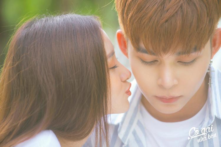 """Sự đẹp đôi của """"song Jun"""" đã khiến cho người hâm mộ ví họ như cặp đôi thanh xuân quốc dân. Khoảnh khắc Jun Vũ không còn lạnh lùng, bẽn lẽn hôn Jun Phạm khiến fan xuýt xoa."""