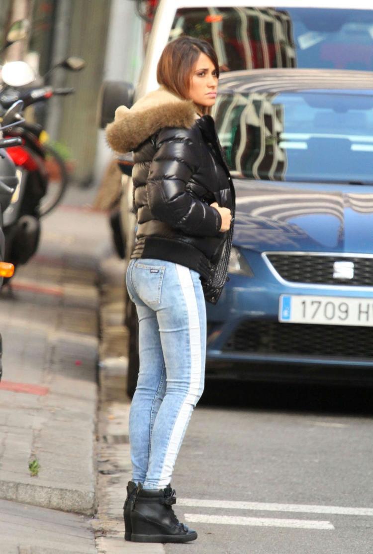 Còn ở street style đời thường, fan hâm mộ ít khi thấy cô nàng xuống đường mà thiếu những đôi giày cao chót vót.