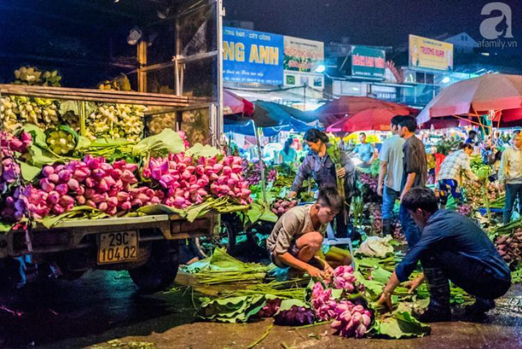 Tại chợ lúc 2h sáng đã người mua kẻ bán chật kín lối đi