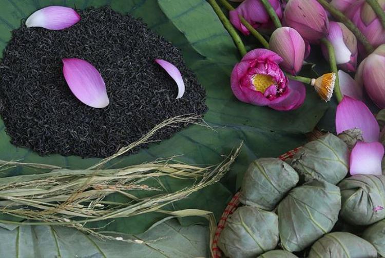 Mỗi bông sen ủ trà có giá 30.000 đồng. Để có trà sen uống lâu dài, mỗi bông sẽ được hút chân không và để tủ lạnh, sử dụng được trong 6 tháng..