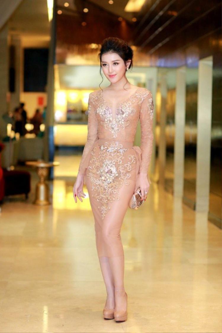 Trong một sự kiện khác,Huyền My diện trang phục nude từ váy đầm đến giày cao gót tạo nên một phong cách không thể ngọt ngào, khiêu khích hơn.