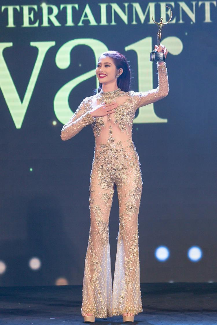 """Chế Nguyễn Quỳnh Châu có phần lộ liễu khi diện bộ jumpsuit mỏng tang màu nude như thế này trên sân khấu có nhiều ánh sáng. Bạn sẽ phải """"đứng tim"""" khi nhìn màn ăn vận bạo này của chân dài họ Chế."""