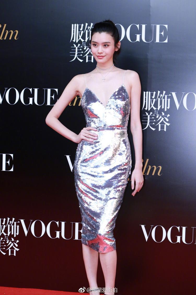 Siêu mẫu Hề Mộng Dao khoe body mảnh mai với đầm 2 dây lấp lánh.