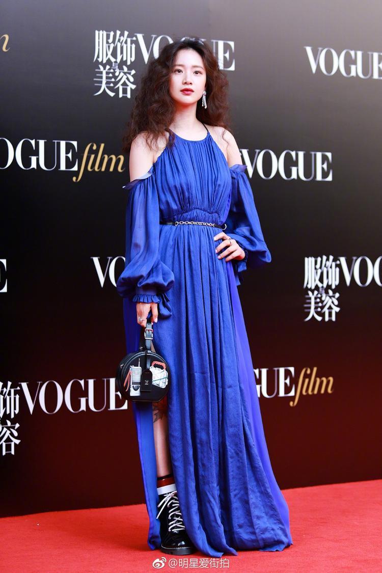 Sự kết hợp độc đáo giữa đầm khoét vai dịu dàng với bốt thể thao cá tính cộng điểm tuyệt đối cho Lý Mộng, tuy nhiên, chiếc váy quá dài khiến cô lọt thỏm vào tổng thể.