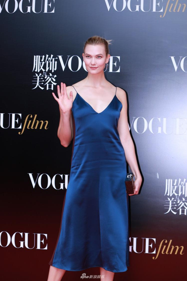 Sở hữu vóc dáng hoàn hảo, không khó hiểu khi Siêu mẫu Karlie Kloss chọn trang phục đơn giản với đầm hai dây gợi cảm.