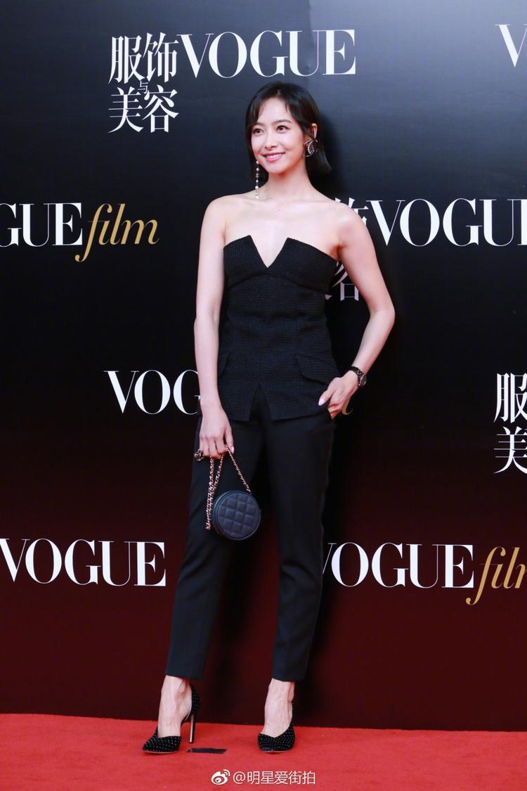 """Khác với gu thời trang khá """"sến"""" như mọi khi, Victoria f(x) diện trang phục đơn giản, khoe vai trần gợi cảm."""