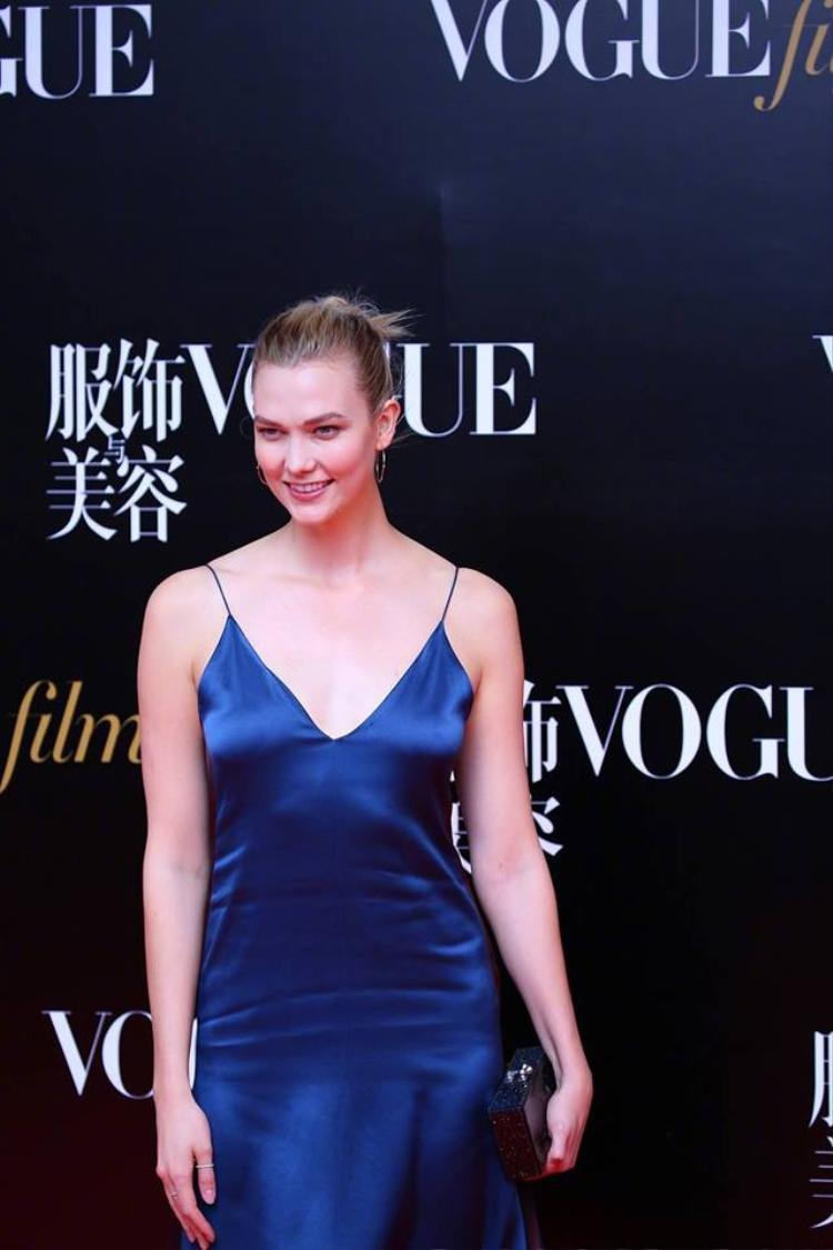 Nhưng bộ váy như chưa được là phẳng lại khiến cô có phần thua kém các sao Hoa ngữ khác