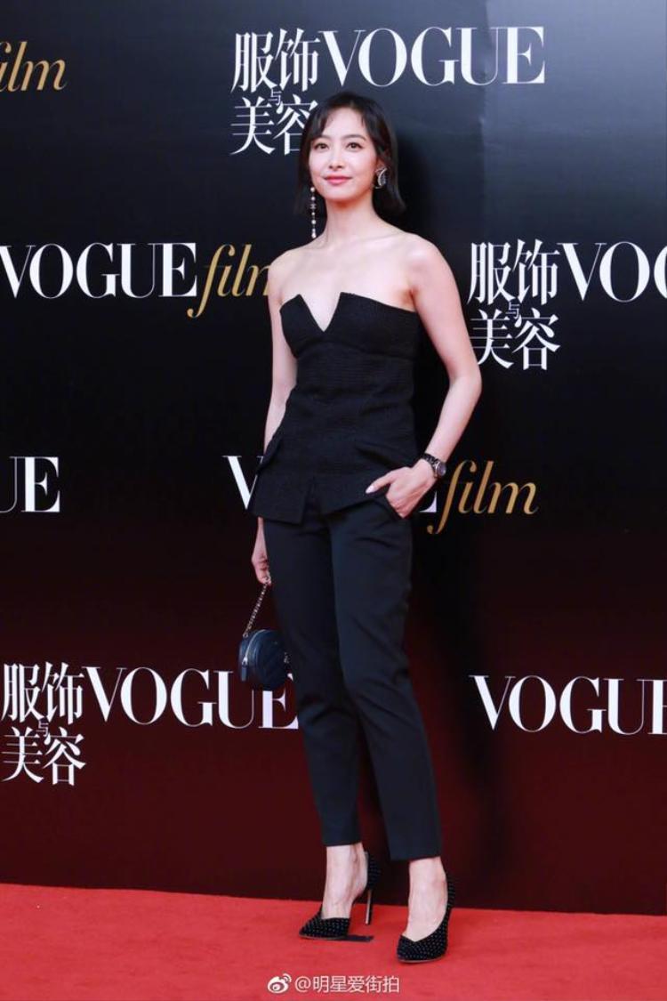 Nhan sắc xinh đẹp, mái tóc ngắn đẹp lạ nhưng stylist lại khiến Tống Thiến bị dìm không thương tiếc khi đã lép còn trông hơi gù