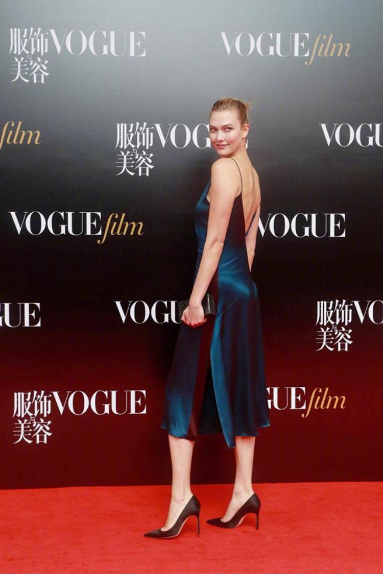 Karlie Kloss xinh đẹp quyến rũ trong chiếc váy dây hở lưng