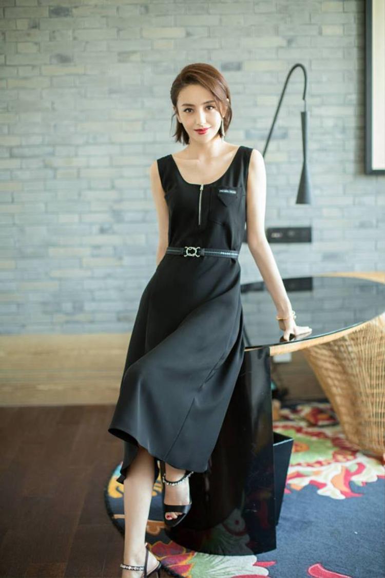 Bộ váy đơn giản, không nổi bật như các sao nữ khác cũng không khiến sắc đẹp ấy giảm sút phân nào