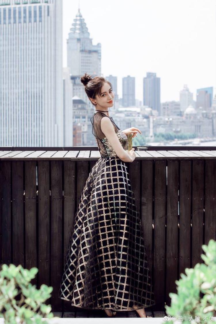 Bộ váy của Angela Baby không tính là nổi bật so với những trang phục dự sự kiện trước giờ của cô nhưng lại rất tôn dáng và phù hợp với sắc vóc