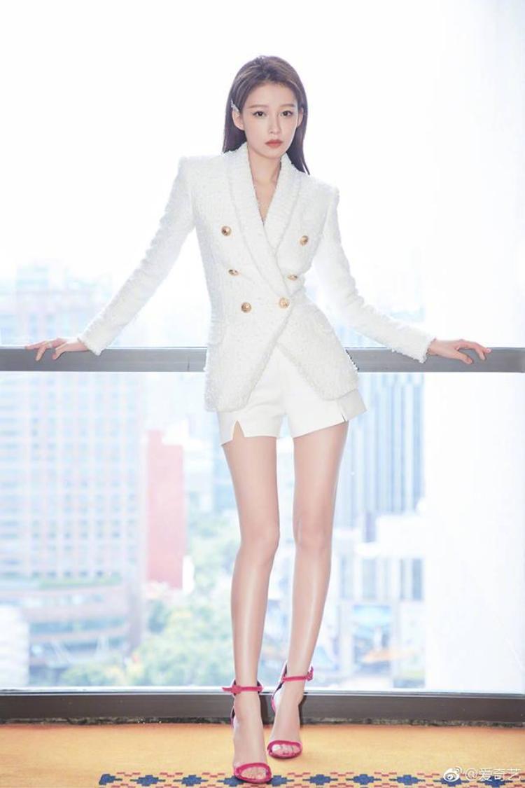 Đôi chân dài miên man của Tôn Di khiến fan phải choáng ngợp