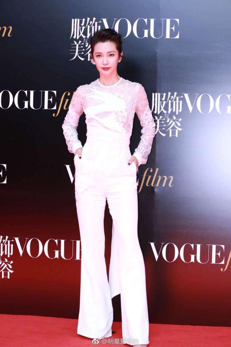Phong cách ngự tỷ thể hiện rõ từ biểu cảm đến bộ trang phục cây trắng của Lý Băng Băng