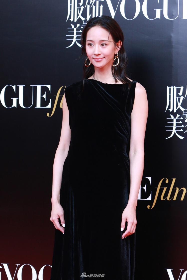Trương Quân Ninh trông nhợt nhạt thấy rõ với phong cách trang điểm này, bộ váy nhung đen cũng khiến cô vừa béo vừa già đi cả chục tuổi