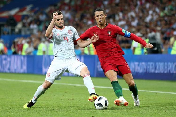 Ronaldo đã ăn vạ để mang về quả phạt đền cho Bồ Đào Nha. Ảnh: FIFA