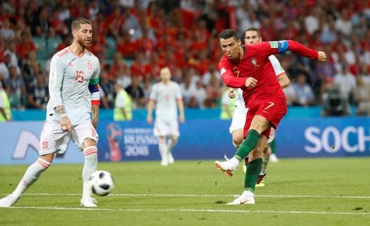 Ronaldo nâng tỷ số lên 2-1 với cú dứt điểm ngoài vòng cấm. Ảnh: Reuters