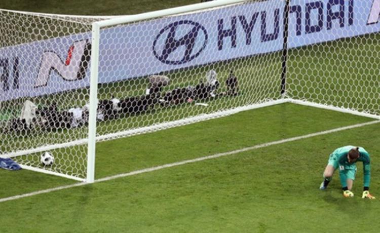 """Ngược lại, De Gea đã có màn trình diễn cực tồi và """"biếu quà"""" cho Ronaldo 1 bàn thắng. Ảnh: Reuters"""