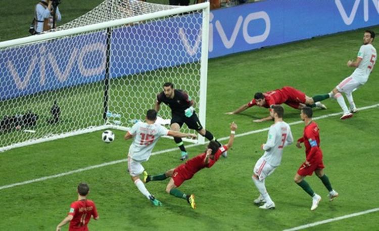 Costa gỡ hòa 2-2 cho Tây Ban Nha ở hiệp 2.Ảnh: Reuters