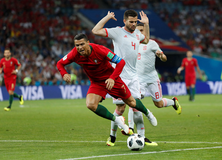 Ngay phút thứ 4, Ronaldo ăn vạ để kiếm phạt đền. Ảnh: Reuters