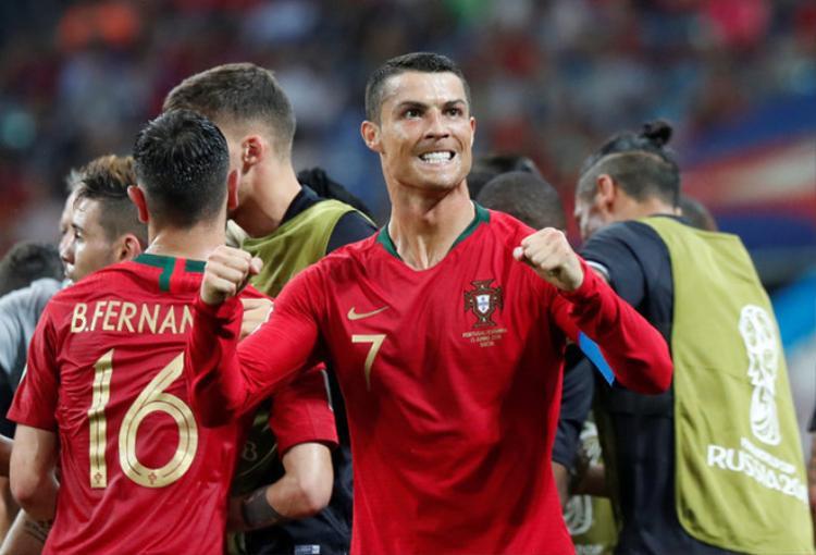 Niềm vui của Ronaldo sau trận đấu với Tây Ban Nha. Anh đã cân bằng kỷ lục ghi bàn ở 4 kỳ World Cup củaba huyền thoại Pele, Uwe Seeler và Klose.