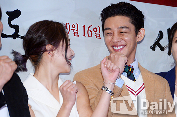 Yoo Ah In cười rạng rỡ bên Moonie.