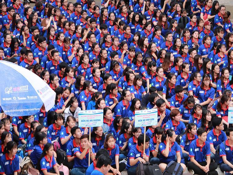 Sắc áo xanh tình nguyện nhuộm kín sân trường ĐH Sài Gòn