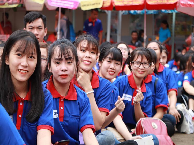 Các bạn sinh viên tình nguyện hào hứng trước giờ ra quân