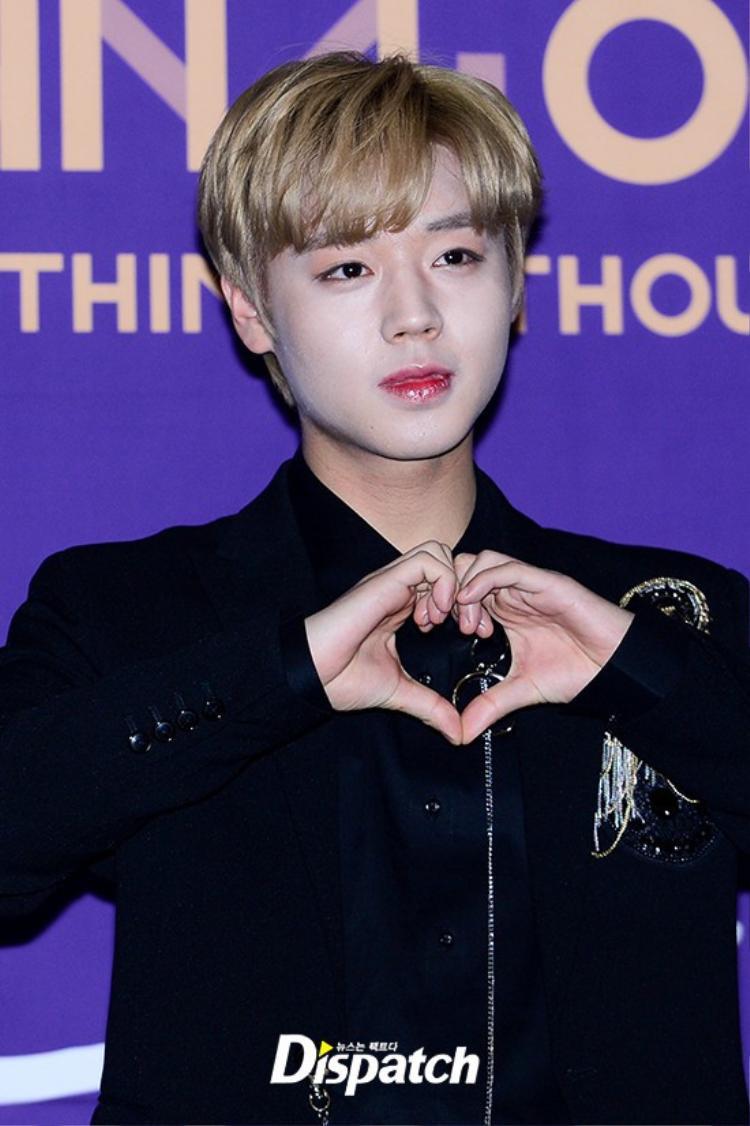 Không hiểu sao chuyên viên make up lại để Jihoon (Wanna one) mang gương mặt trắng toát như vậy lên thảm đỏ. Do da quá khô nên mặt anh chàng không ăn phấn. Màu son đậm quá đà càng làm nam idol thêm mất điểm.