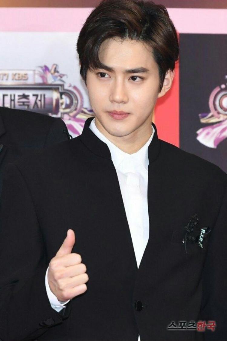 Suho (EXO) siêu đẹp trai tại thảm đỏ KBS Gayo Daejun. Rõ ràng lớp nền của anh được đánh rất nhạt, một số khuyết điểm trên gương mặt vẫn không được che hoàn toàn. Da của Suho được đánh giá là có undertone lạnh.
