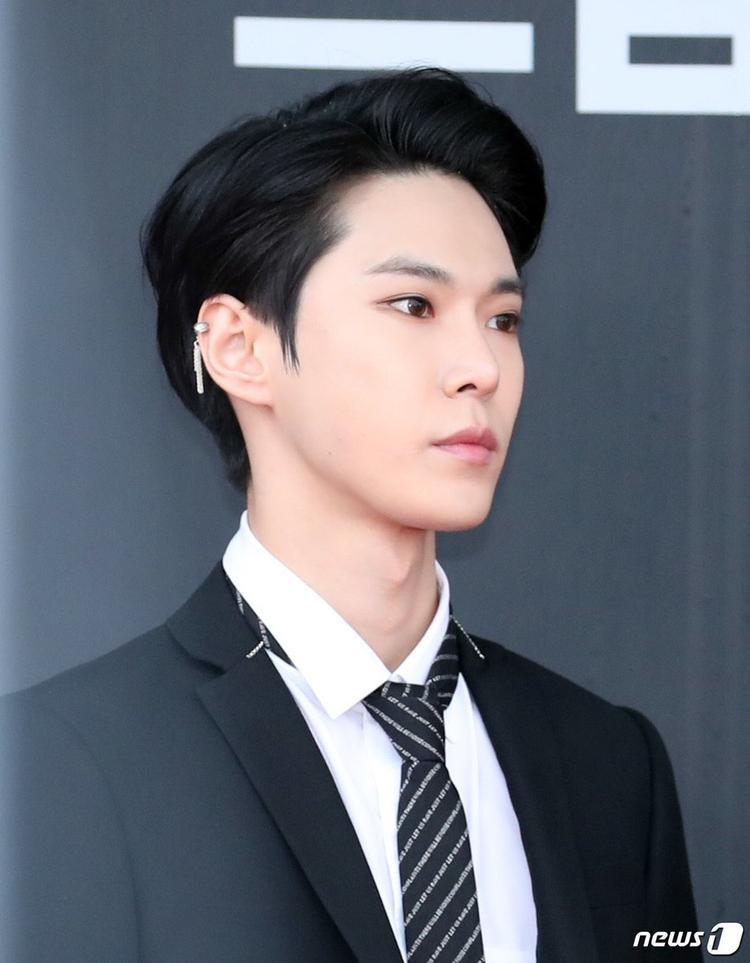 Doyoung (NCT) được mệnh danh là 'ngôi sao thảm đỏ mới nổi' bởi vẻ ngoài tuấn tú. Sự xuất hiện của anh chàng tại Dream Concert 2018 làm lu mờ tất cả các ngôi sao khác.