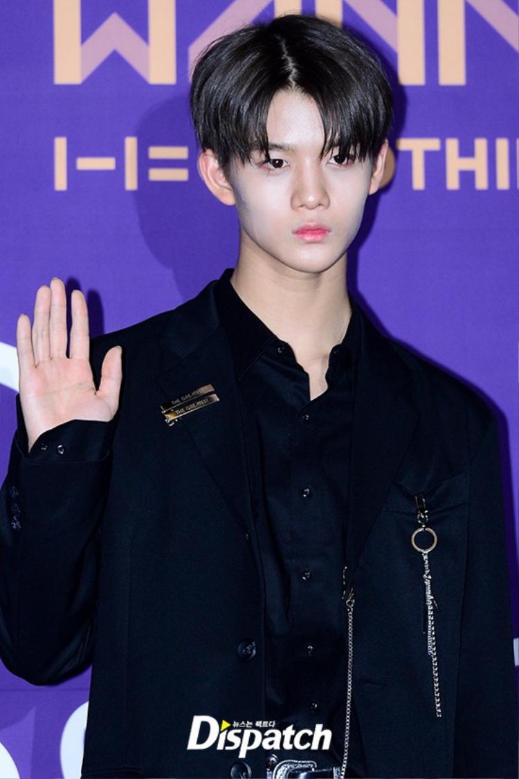 Lại thêm 1 thành viên Wanna one - Bae Jin Young son phấn be bét đi dự sự kiện. Trời nóng cộng thêm tính chất da dầu nên lớp trang điểm của nam idol không trụ được đến cuối chương trình.