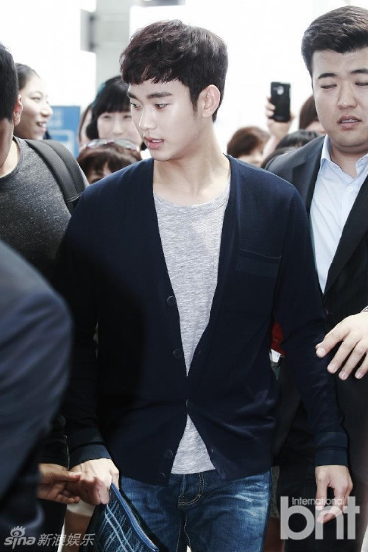 Kim Soo Hyun đánh BB Cream quá tay khi ra sân bay. Tuy không thể gọi là 'già' nhưng mặt mộc của nam diễn viên có khá nhiều nếp nhăn ở khóe môi.
