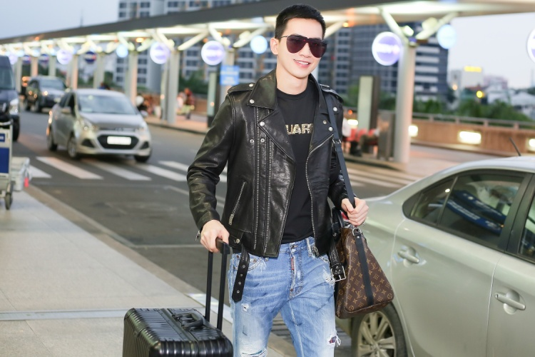 Trước đó, Võ Cảnh đã dành hẳn một buổi đến cửa hàng chính thức của Dsquared2 tại TP.HCM nhằm chọn mua những trang phục ưng ý chuẩn bị cho chuyến đi.