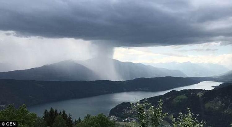 """Khoảnh khắc bom mưa sắp """"lao"""" xuống hồ nước."""