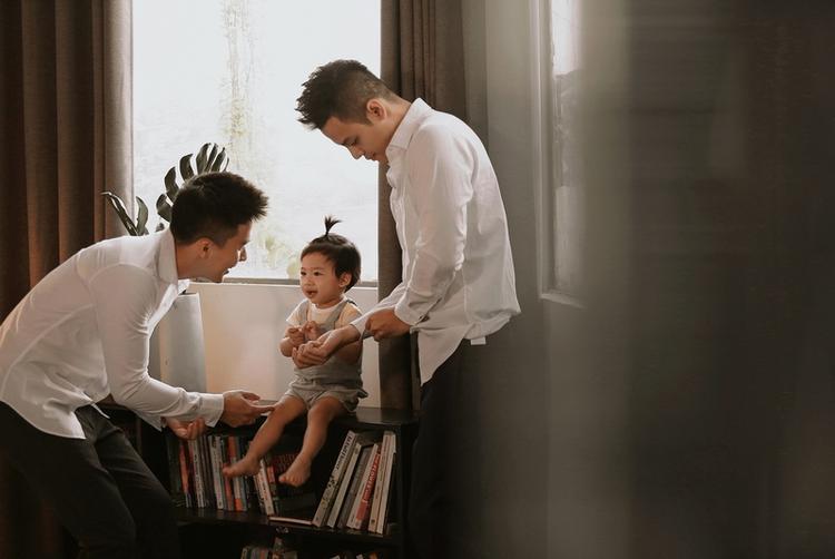 Nụ cười hạnh phúc của cặp đôi bên cô con gái bé nhỏ.