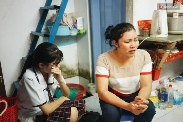 Duyên ngồi bên mẹ lặng lẽ lau nước mắt. Nữ sinh nói mình thương mẹ thật nhiều.