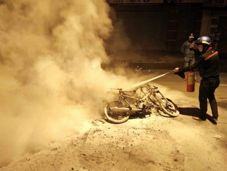 Xe máy bị cháy trơ khung. Ảnh: Thời đại