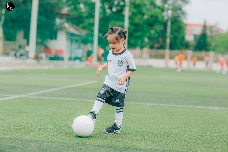 Bà mẹ tiết lộ thêm, hàng ngày cô bé này cũng khá năng động và thích chơi các bộ môn thể thao, xe đạp.