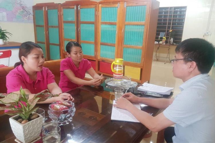 Cô Dung và cô Linh (trái) khẳng định không có sự dàn dựng trong việc khóc, quỳ gối. Ảnh: Lâm Chí Công