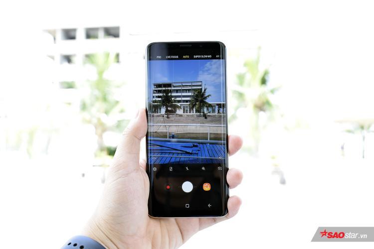Về tổng thể, chiếc Samsung Galaxy S9+ Vàng Hoàng Kim không có sự khác biệt so với các phiên bản màu máy khác. Máy vẫn có màn hình cong tràn hai cạnh đặc trưng.