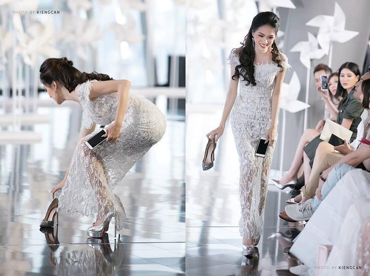Khoảnh khắc đẹp: Hoa hậu Hương Giang rời ghế khách mời, cúi nhặt giày giúp siêu mẫu Minh Tú