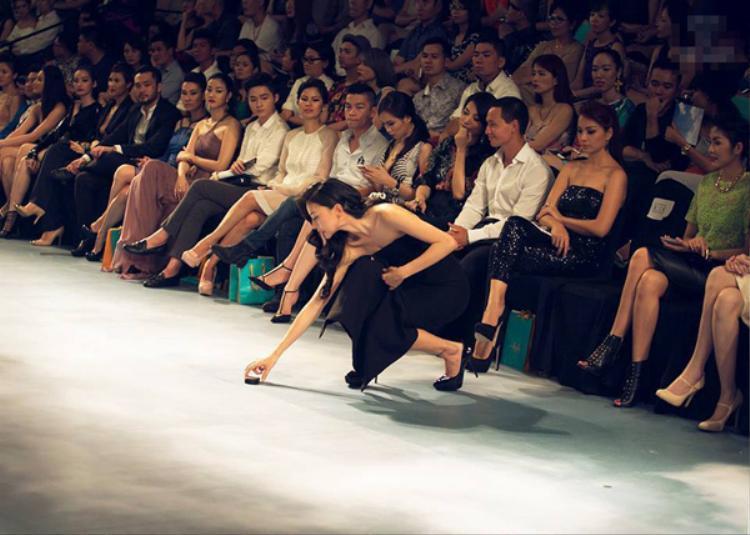 Ngô Thanh Vân được mọi người khen ngợi khi rời hàng ghế khách mời nhặt gót giày giúp người mẫu nam.