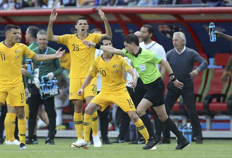 Chứng kiến điều này, rất nhiều cầu thủ của Australia đã phản đối dữ dội. Thậm chí, một cầu thủ của họ còn phải nhận thẻ vàng vì lỗi phản ứng trong tình huống này.