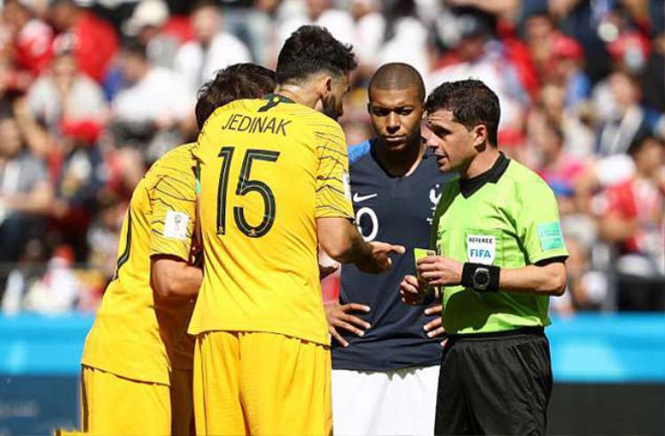 Trọng tài Andres Cunha phải giải thích rõ ràng với các cầu thủ Australia về việc ra quyết định sau khi sử dụng công nghệ VAR.