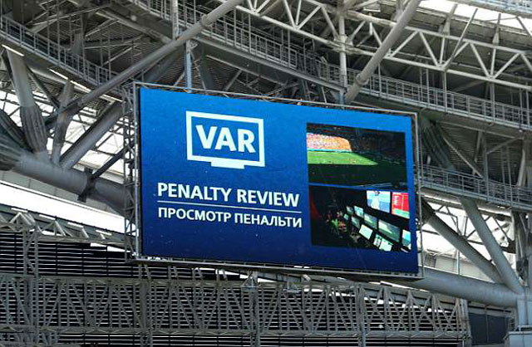 Ngoài ra, màn hình lớn trên sân cũng trực tiếp phát sóng hình ảnh qua công nghệ VAR để các khán giả cùng chứng kiến nhằm tránh gây tranh cãi.