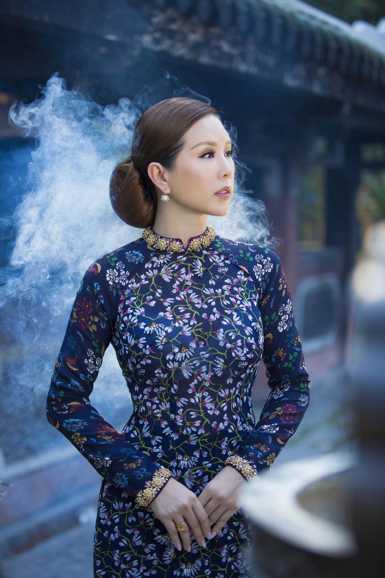 Là người đẹp sở hữu gương mặt thanh tú với đường nét Á Đông nhưng không kém phần hiện đại, hoa hậu Thu Hoài đã hoá thân thành người phụ nữ Sài Gòn xưa với kiểu tóc búi sang trọng cùng phục sức đơn giản tinh tế.